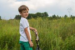 骑自行车的男孩户外在一个晴天 图库摄影