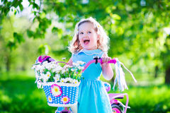 骑自行车的美丽的小女孩 库存图片