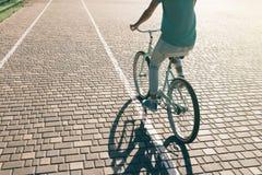 骑自行车的运动的女孩在一个晴朗的早晨 图库摄影