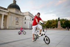 骑自行车的年轻人 免版税库存照片