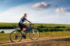 骑自行车的gir 免版税库存图片