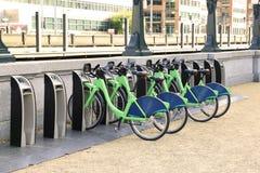 骑自行车租租务自行车dockmotor的出租城市自行车 库存照片
