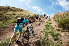 骑自行车竞争山 免版税库存照片