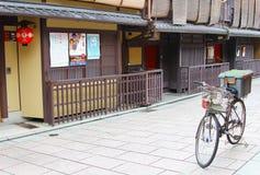 骑自行车箱子停放的古老木大厦, Gion,京都,日本 库存照片