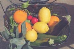 骑自行车篮子充满新鲜的水果和蔬菜从市场 免版税库存图片