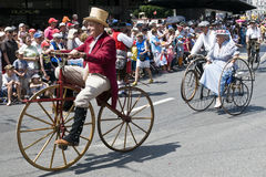 骑自行车老人poque骑马 图库摄影