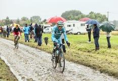 骑自行车者一条被修补的路的米谢勒Scarponi -环法自行车赛 免版税图库摄影