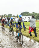 骑自行车者一条被修补的路的马修Hayman -环法自行车赛201 免版税库存照片