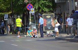 骑自行车者下落在公路赛 库存图片