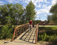 骑自行车者乘坐圣塔菲河足迹 免版税库存图片