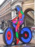 骑自行车者五颜六色的雕塑在米兰 免版税库存图片