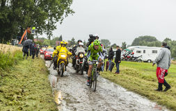 骑自行车者亚历山德罗在一条被修补的路的De马尔希-游览de Fra 免版税库存图片
