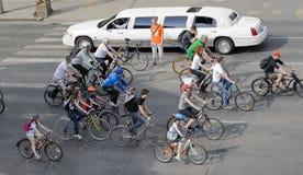 骑自行车者人群  免版税库存照片