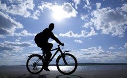 骑自行车者剪影  库存照片