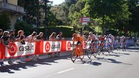 骑自行车者参与对转帐服务d `意大利第15个阶段在到来附近在贝加莫阶段在转帐服务d `意大利的100th编辑 免版税图库摄影