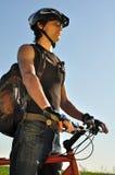 骑自行车者向前看的年轻人 库存照片