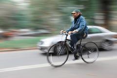 骑自行车者和一辆汽车在纽约街道上  免版税库存照片