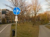 骑自行车者和步行者路标 库存图片