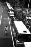 骑自行车者和警察公共汽车 免版税库存照片