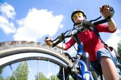 年轻骑自行车者在公园 库存图片