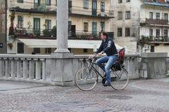 骑自行车者在卢布尔雅那的中心在他们的途中的工作 免版税库存照片