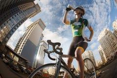 骑自行车者在城市 库存图片