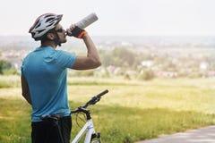 骑自行车者在夏天 免版税库存照片