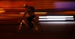骑自行车者在大城市背景中 免版税库存图片