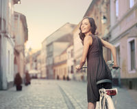 骑自行车者在日落的城市 免版税库存图片