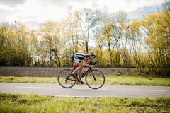 骑自行车者在自行车,速度作用,侧视图乘坐 图库摄影