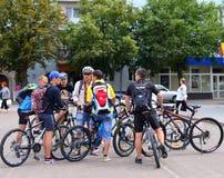 骑自行车者在镇中心 免版税库存照片
