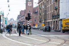 骑自行车者在阿姆斯特丹老中区的一个寒冷早期的春日  免版税图库摄影