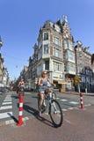 骑自行车者在阿姆斯特丹老镇。 免版税库存照片