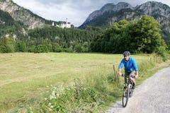 骑自行车者在巴伐利亚 库存图片