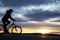 骑自行车者女孩 免版税库存照片