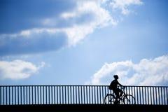 骑自行车者女性剪影 图库摄影