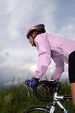 骑自行车者女性路 免版税库存图片