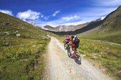 骑自行车者山 免版税库存图片