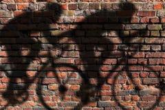 骑自行车者影子墙壁 免版税库存照片