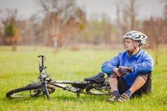 骑自行车者有与自行车的休息 免版税库存照片
