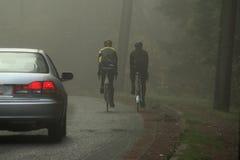 骑自行车者有薄雾的路 免版税库存照片