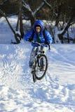 骑自行车者极端跳跃 图库摄影