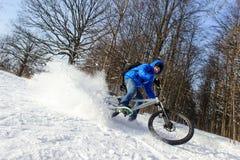 骑自行车者极端雪 图库摄影