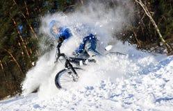 骑自行车者极端雪 免版税库存图片
