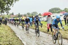 骑自行车者汤姆一条被修补的路的Jelte Slagter -环法自行车赛 免版税库存图片