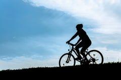 骑自行车者的剪影 库存图片