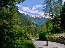 骑自行车者的奥地利阿尔卑斯视图 免版税库存图片