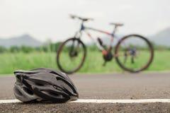 骑自行车者的帽子 免版税库存照片