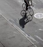 骑自行车者的影子 库存照片