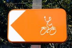 骑自行车者的标志能转过来 库存照片